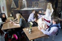 Cameriera di bar lavorante immagini stock libere da diritti