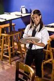 Cameriera di bar pronta a catturare un ordine Immagini Stock Libere da Diritti