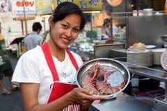 Cameriera di bar tailandese con i gamberetti della tigre Fotografia Stock Libera da Diritti