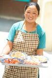 Cameriera di bar tibetana indiana della donna con il cassetto Immagini Stock