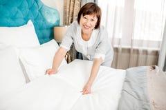Cameriera senior alla camera di albergo Fotografia Stock