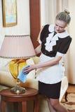 Cameriera a servizio degli esercizi alberghieri Fotografie Stock
