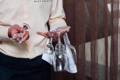 Cameriere in bicchiere di vino italiano della tenuta del ristorante fotografia stock libera da diritti
