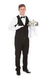 Cameriere che tiene cassetto d'argento vuoto fotografia stock