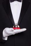 Cameriere che tiene un segnalatore acustico di servizio. fotografie stock libere da diritti