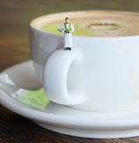 Cameriere con una tazza di caffè Fotografia Stock