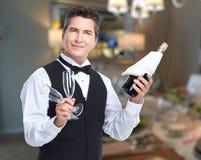 Cameriere con vino ed i bicchieri di vino Fotografia Stock Libera da Diritti