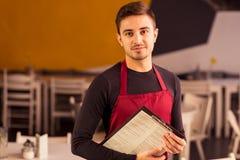 Cameriere durante il lavoro Fotografia Stock