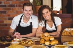 Cameriere e cameriera di bar sorridenti che si appoggiano contro Fotografia Stock Libera da Diritti