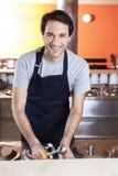 Cameriere felice Standing At Counter nel salone di gelato Immagine Stock Libera da Diritti