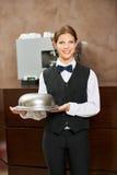 Cameriere femminile in uniforme con la campana di vetro Immagini Stock