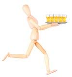 Cameriere fittizio di legno con birra sul vassoio Fotografia Stock