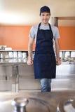 Cameriere Leaning On Counter al salone di gelato Fotografia Stock Libera da Diritti