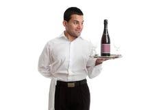 Cameriere o servo che esamina il prodotto vinicolo Immagini Stock Libere da Diritti
