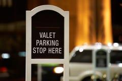 cameriere personale qui di parcheggio di arresto del segno fotografia stock libera da diritti