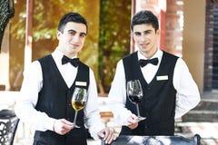 Camerieri che tengono i bicchieri di vino Fotografia Stock Libera da Diritti