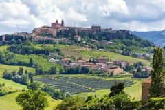 Camerino em Itália Marche sobre campos coloridos foto de stock