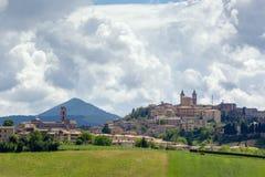 Camerino em Itália Marche sobre campos coloridos imagem de stock