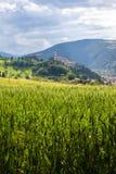 Camerino em Itália Marche sobre campos coloridos fotos de stock royalty free