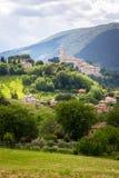 Camerino em Itália Marche sobre campos coloridos imagens de stock