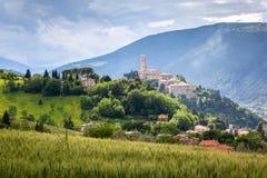 Camerino w Włochy Marche nad colourful polami obraz stock