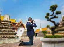 Camerist masculino que toma la imagen del templo Imagenes de archivo