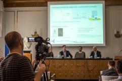 Camerman filmant un congrès scientfic images libres de droits
