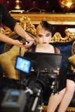 Camerman Schießenfilm mit Mädchen Stockfotos