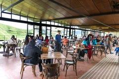 CAMERON-HOCHLÄNDER, MALAYSIA, AM 6. APRIL 2019: Besucher, die szenische Ansicht am Tee-Mittecafé BOH Sungai Palas speisen und gen stockfoto