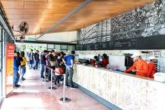 CAMERON-HOCHLÄNDER, MALAYSIA, AM 6. APRIL 2019: Besucher, die szenische Ansicht am Tee-Mittecafé BOH Sungai Palas speisen und gen stockbilder