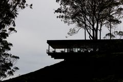 CAMERON-HOCHLÄNDER, MALAYSIA, AM 6. APRIL 2019: Teemitte BOH Sungai Palas bietet szenische Ansicht mit Café und Geschäft an stockfoto