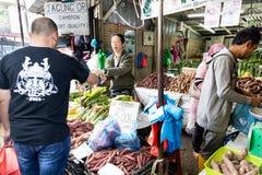CAMERON-HOCHLÄNDER, MALAYSIA, AM 6. APRIL 2019: Tourist und kaufendes frisches Landwirtschaftserzeugnis der Käufer vom Straßensta stockfotografie