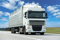 Camião branco com o reboque cinzento sobre o céu azul fotografia de stock royalty free