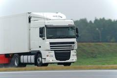 Camião branco na estrada molhada Fotos de Stock Royalty Free