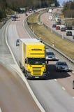 Camião cercado pelo tráfego Fotografia de Stock Royalty Free