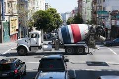 Camião concreto misturado pronto que passa um cruzamento dentro Imagem de Stock