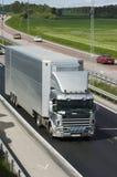 Camião prata-cinzento gigante no campo fotos de stock royalty free