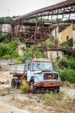 Camión abandonado en una cueva Foto de archivo libre de regalías