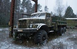 Camión abandonado ruso viejo imagenes de archivo