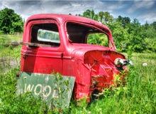 Camión abandonado viejo en campo de granja Foto de archivo