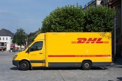 Camión alemán del servicio de entrega del mensajero de DHL de los posts Foto de archivo libre de regalías