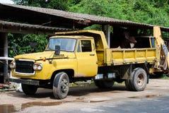 Camión amarillo viejo Imágenes de archivo libres de regalías
