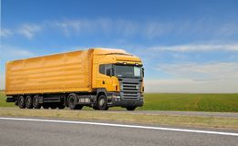 Camión anaranjado con el acoplado imagenes de archivo