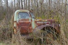 Camión antiguo en campo con las flores fotos de archivo libres de regalías