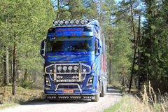 Camión azul de la madera de Volvo FH16 750 en Forest Road Fotos de archivo