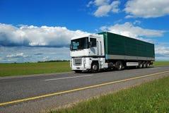 Camión blanco con el acoplado verde imágenes de archivo libres de regalías