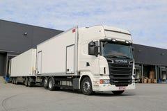 Camión blanco de Scania R560 que descarga en el edificio de Warehouse Foto de archivo libre de regalías