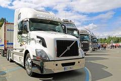 Camión blanco de Volvo VNL en la exhibición en el fin de semana del camión de Tawastia Fotografía de archivo libre de regalías