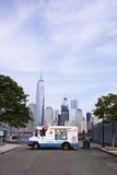 Camión blanco del helado de señor Softee en Jersey City con Nueva York foto de archivo