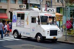 Camión blanco del helado en New York City imagenes de archivo